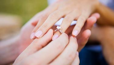 Parmağa sıkışan yüzüğü çıkarmanın en kolay yolu!