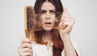 Dökülen saçları yeniden çıkarmanın çözümü çok basit!