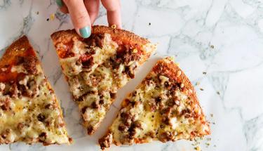 Pizza severler için 10 dakikada evde pizza tarifi!