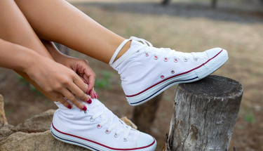 Asetonla beyaz ayakkabılarınızı....