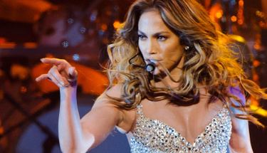 Jennifer Lopez giydiği cüretkay elbisesiyle gözleri şaşı etti!
