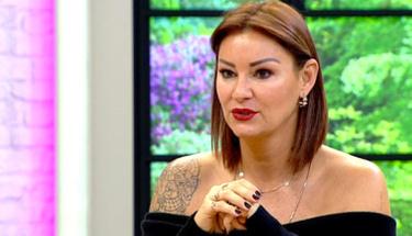 Bornozlu poz veren Pınar kendisini eleştiren takipçisine ateş püskürdü