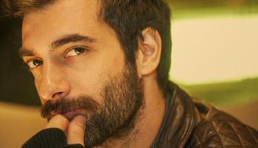 Yakışıklı oyuncu İlker Kaleli imaj değiştirdi saçlarını uzatıp...