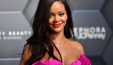 Rihanna'nın siyah mayolu cüretkar pozu takipçilerini mest etti!