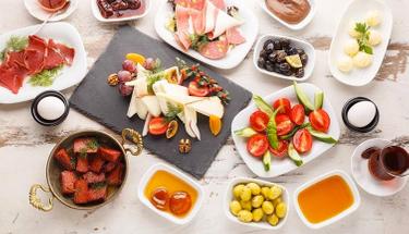 Kahvaltının en lezzetli hali: Sosisli milföy tarifi