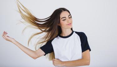 Saçları ağırlaştırmayan kuru şampuan
