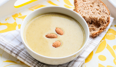 Freş lezzet sevenler için sütlü badem çorbası!