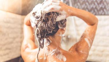 Evde yağlı saçlarla baş eden şampuan tarifi!