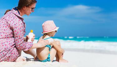 Bebeğinizi güneş yanığından korumak için...