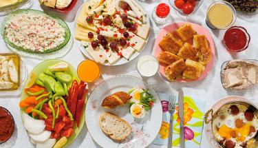 Kahvaltıda farklılık arayanlara: Peynirli irmikli puf tarifi