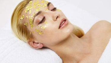 Pırıl pırıl parlayan bir cildin sırrı altın maskesinde!