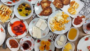 Çalışanlar için pratik kahvaltılık tarifi: Peynirli irmikli puf