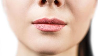 Bu alışkanlıklar  dudak çevresinde kırışıklığa neden oluyor!