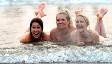 İngiltere'de yüzlerce kişi çırılçıplak denize atladı! Bakın neden!