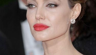 Sadece 4 dakikada Angelina Jolie oluyor!