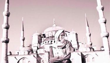 Seksi mankenden İstanbul'da cami pozu!