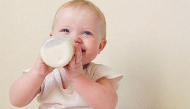 Bebeğinize inek sütü içirmeyin!