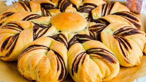 Ağızda dağılıyor: Çikolatalı çiçek çörek tarifi!