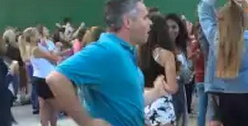 Kızını götürdüğü konserde kendi daha çok eğlendi!