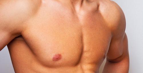 Erkeklerin göğsü büyür mü?