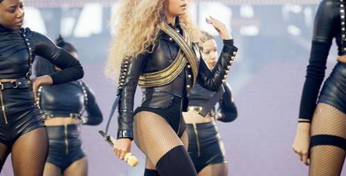 Beyoncé'nin nefes kesen Super Bowl gösterisi!