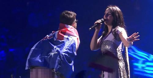 Eurovision'da sahneye çıkarak iç çamaşırını indirdi!