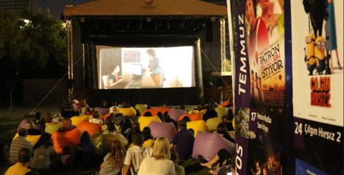 Sinemaseverlere yaz akşamları açıkhava sineması!