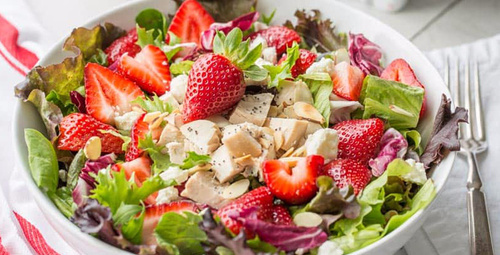 Kurutulmuş çilekli yunan salatası