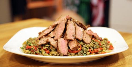 Hem doyurucu hem sağlıklı bir tarif: mercimekli etli salata!