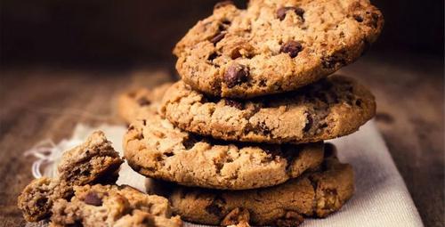 Çayın vazgeçilmezi damla çikolatalı kurabiye!