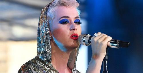 Katy Perry yarışmacısıyla öpüştü!