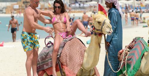 Seksi model bikiniyle deveye binmeye çalışınca...
