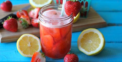 Bunaltıcı havalarda 2 dakikalık çilekli limonata!