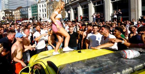 İngiltere dünya kupasında tur atlayınca genç kadın göğüslerin açtı