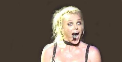 Britney Spears'in konser sırasında göğsü açıldı