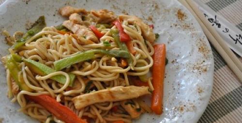 Bir Uzak Doğu yemeği: Tavuklu noodle