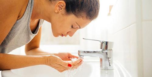 Yüzünüzü temizlerken  bu hatalara düşmeyin!