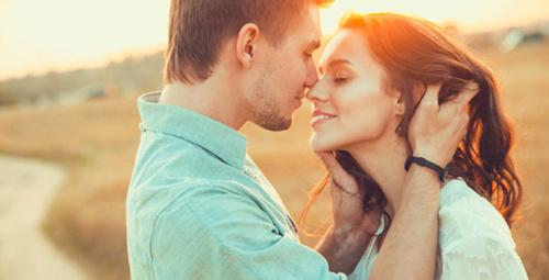 Bir erkeğin size aşık olduğunu anlamanın 8 yolu!