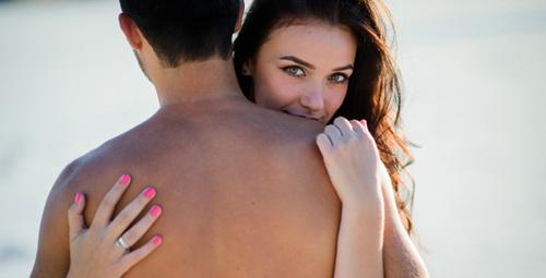 Sevgilinize sarılma şekiliniz ilişkinizi ele veriyor!