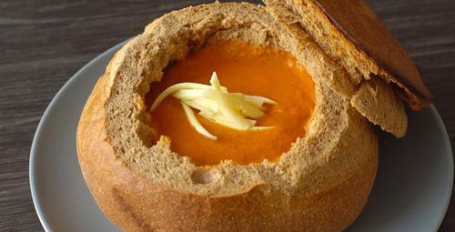 Kaseye gerek yok: Ekmek çanağında domates çorbası