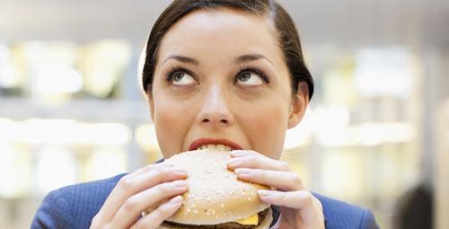 Hızlı yemek yemek alışkanlığını bırakmanın 9 yöntemi