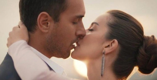 Sen Anlat Karadeniz'e damga vuran öpüşme