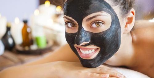 Gözenekleri sıkılaştıran tarif: Kömür maskesi