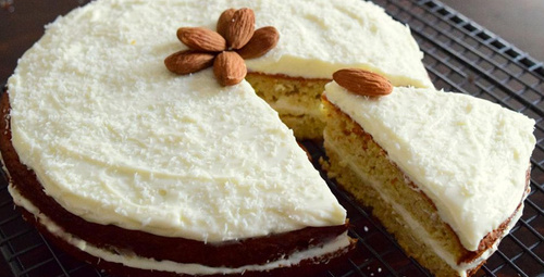 Ağızda dağılan lezzet: Elmalı bademli kek