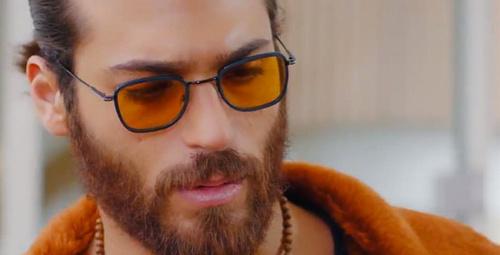 Can Yaman'ın neden gözlük taktığı belli oldu meğer gözlerinde...