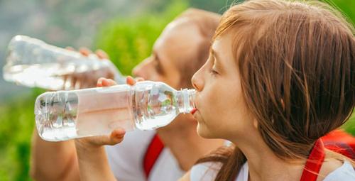 Çocuğunuz günde 4 bardaktan az su içiyorsa...