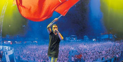 Türk Dj'den gurulandıran hareket marşımızla o ülkeyi ayağa kaldırdı!