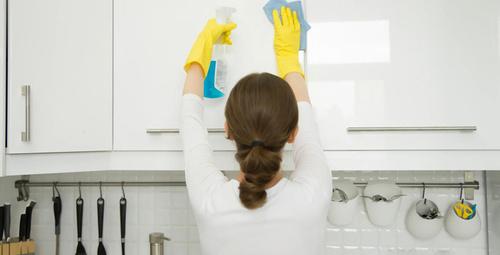 Beyaz mutfak dolaplarını temizlemenin en kolay kolu!