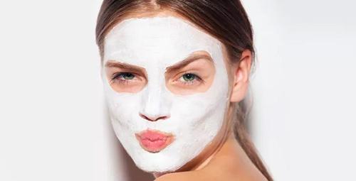 Ölü deriyi soyup, cildi ışıltadıyor: Karbonat maskesi