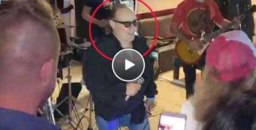 Ünlü solist sahnede hayatını kaybetti ölüm anı kameralara yansıdı!